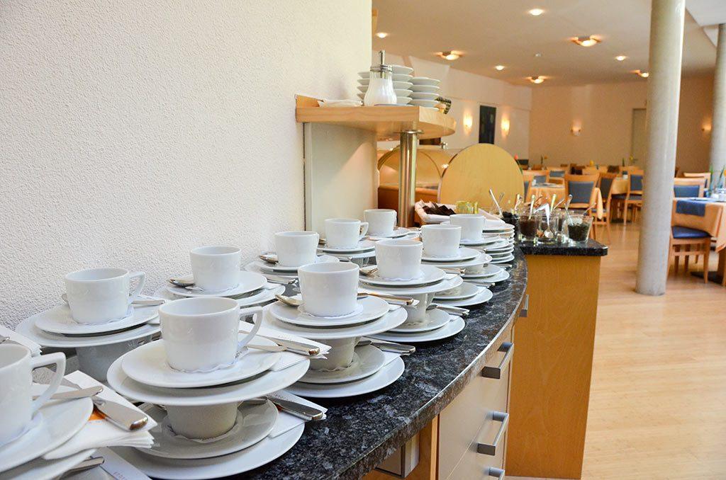 Der helle Frühstücksraum