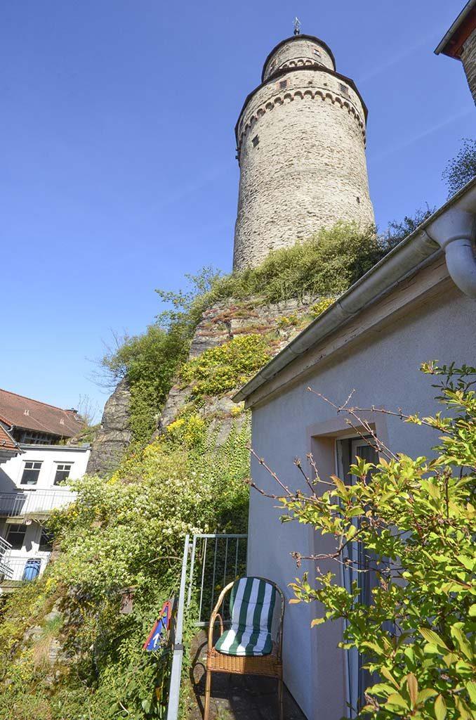 Blick auf den Hexenturm von einem Balkon